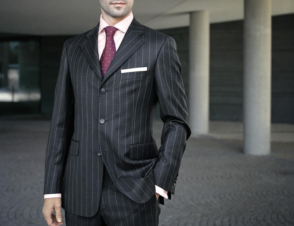 Un homme en costume sur mesure