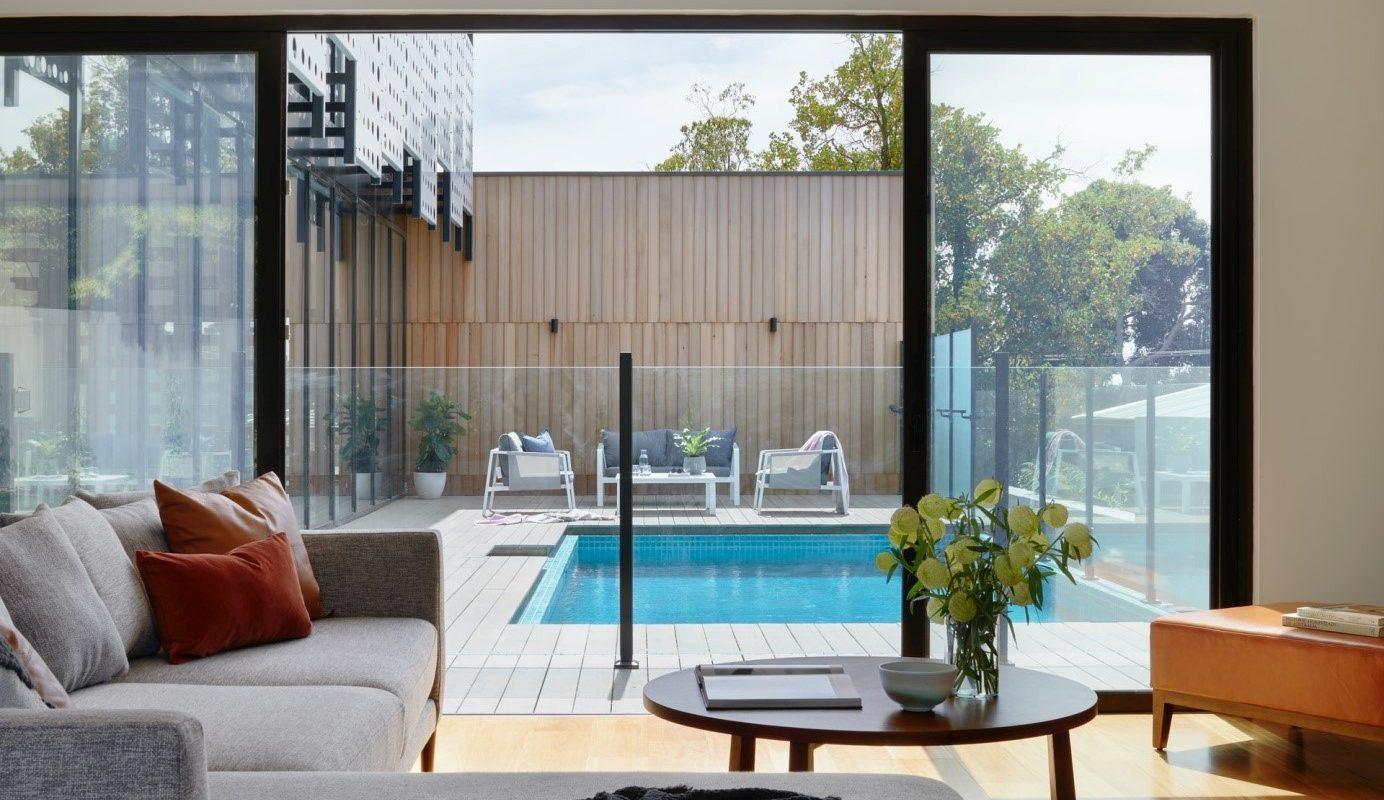 une maison avec une piscine