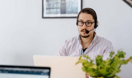 Un agent de centre d'appels travaille à domicile